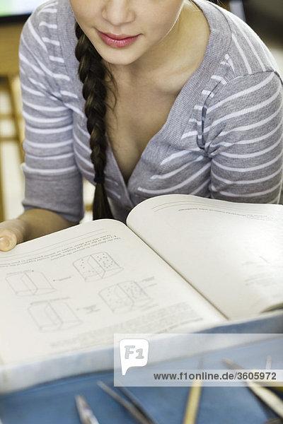 Student studiert Lehrbuch
