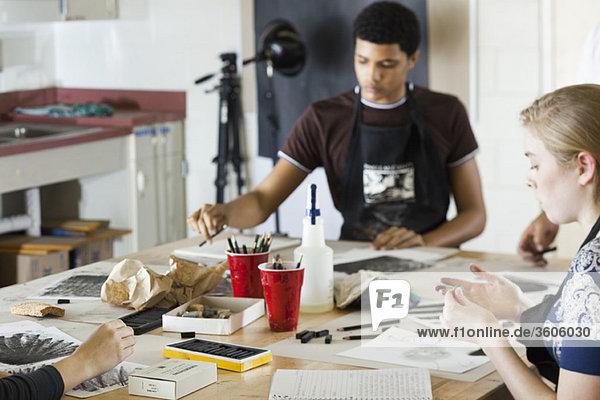 Studenten beim Zeichnen im Kunstunterricht