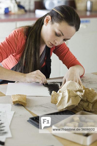 Junge Frau beim Zeichnen mit Holzkohle