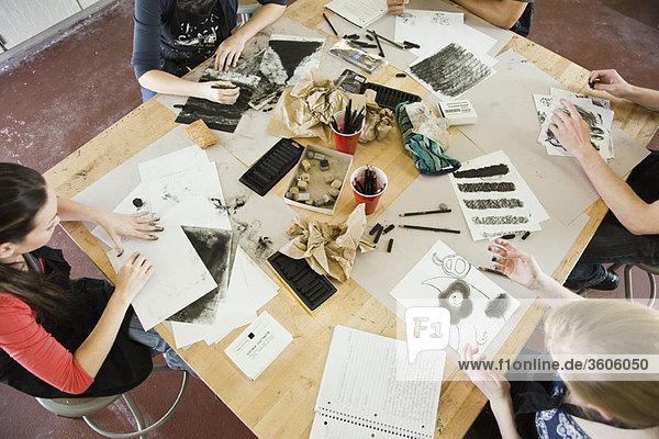 Zeichnen mit Holzkohle im Kunstunterricht