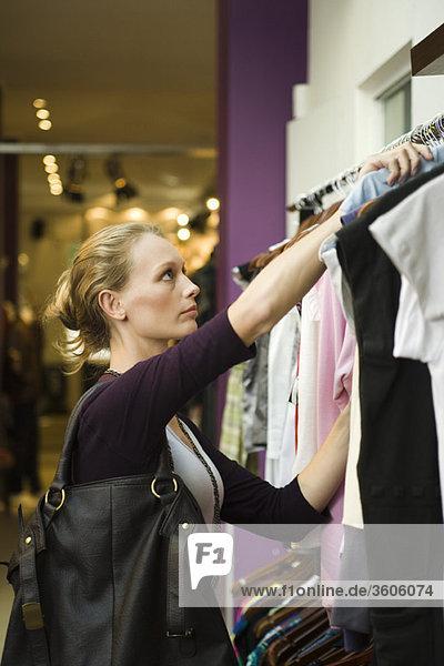 Frau beim Einkaufen in der Boutique