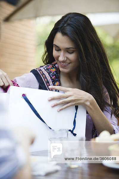 Frau sucht in Einkaufstasche