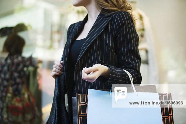 Frau mit Einkaufstaschen  beschnitten