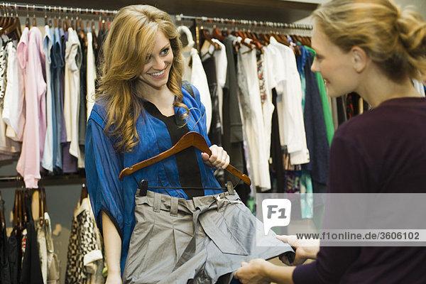 Freunde beim Einkaufen im Bekleidungsgeschäft