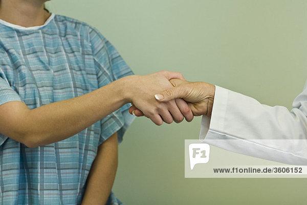 Arzt und Patient beim Händeschütteln