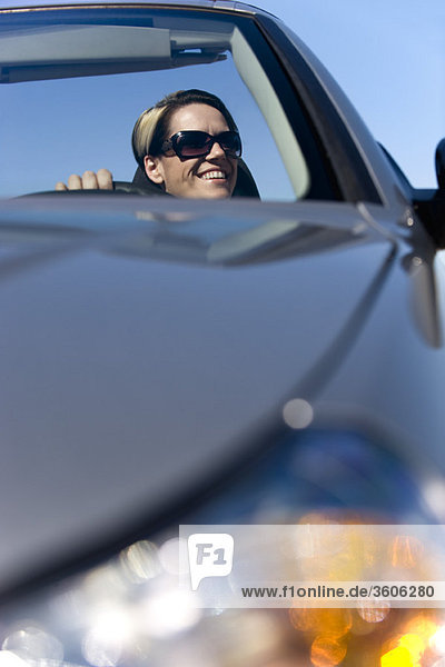 Frau genießt die Fahrt an einem sonnigen Tag