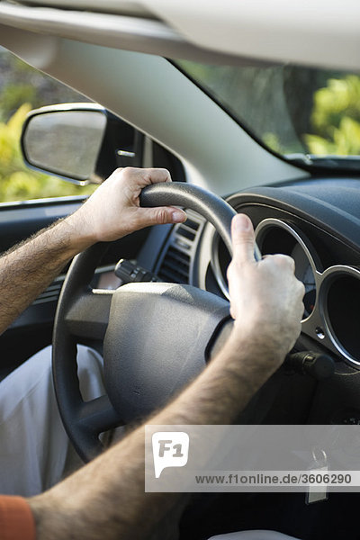 Autofahren mit beiden Händen am Lenkrad