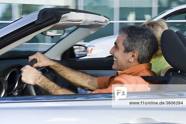 Erwachsener Mann  der gerne Cabrio fährt
