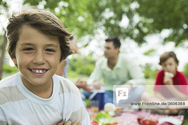 Junge beim Picknick mit Familie  Portrait