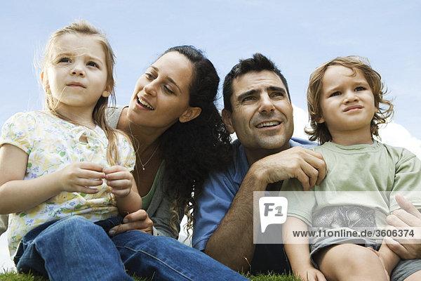 Familie im Freien zusammensitzen
