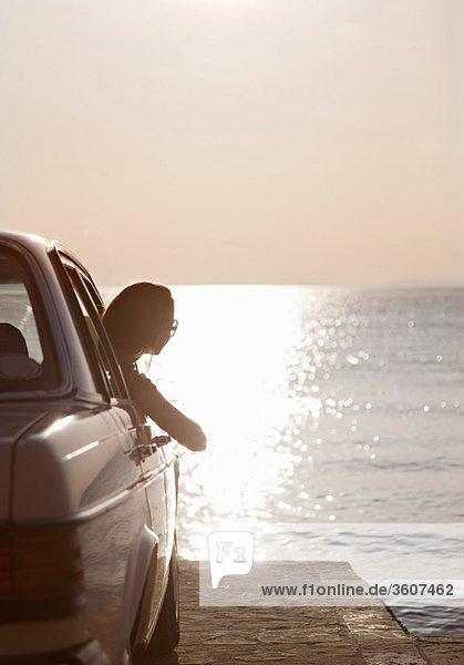 Frau mit Oldtimer auf dem Seeweg