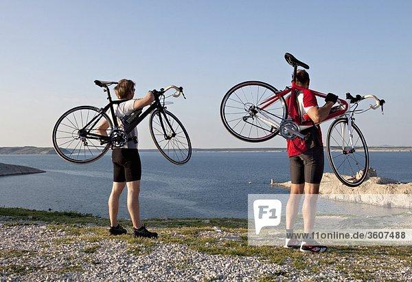 Radfahrer mit Blick aufs Meer