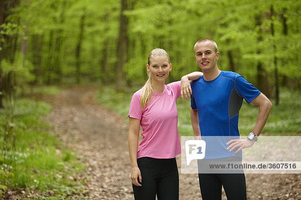 Paar läuft im Wald  steht still