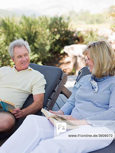 Entspannung Buch reifer Erwachsene reife Erwachsene Veranda