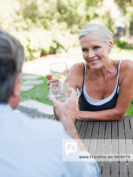 Paar Toast mit Wein im Freien Paar Toast mit Wein im Freien
