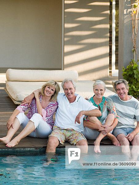 Freundschaft reifer Erwachsene reife Erwachsene Schwimmbad