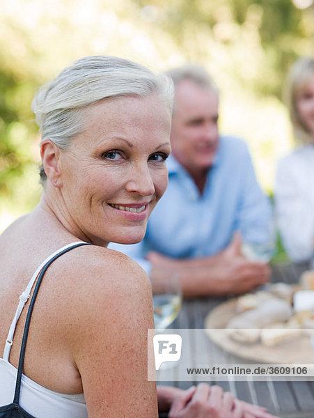 Frau beim Essen im Freien