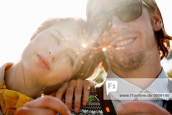 Junges Paar mit Wunderkerzen