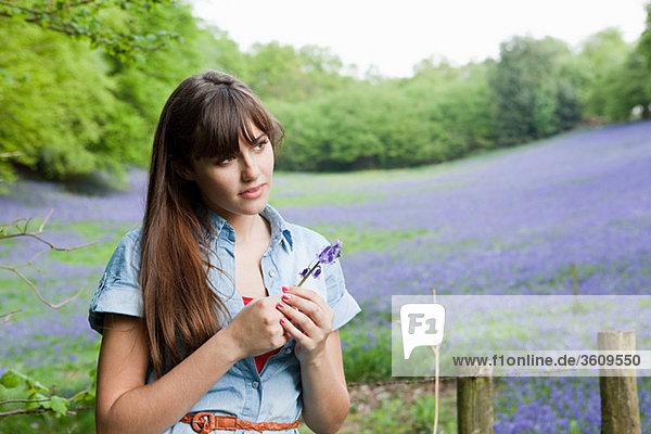 Junge Frau mit Bluebell Blume