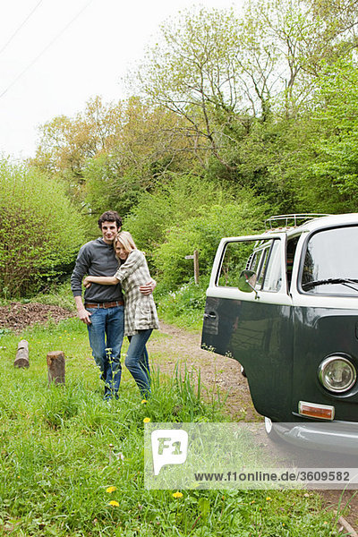 Junges Paar mit dem Wohnmobil