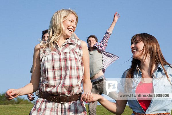 Freunde  die Spaß im Freien haben