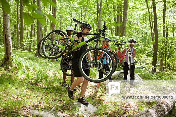 Radfahrer mit Fahrrädern im Wald