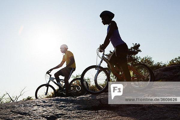 Zwei Radfahrer im ländlichen Raum  Silhouette