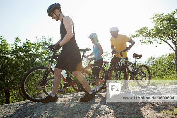 Drei Radfahrer  Ländliches Motiv