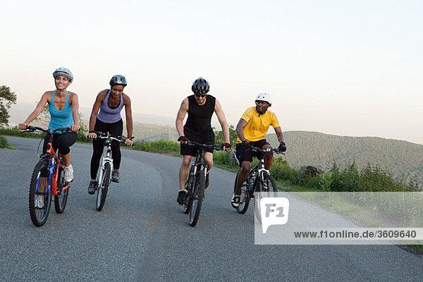 Vier Radfahrer auf der Straße