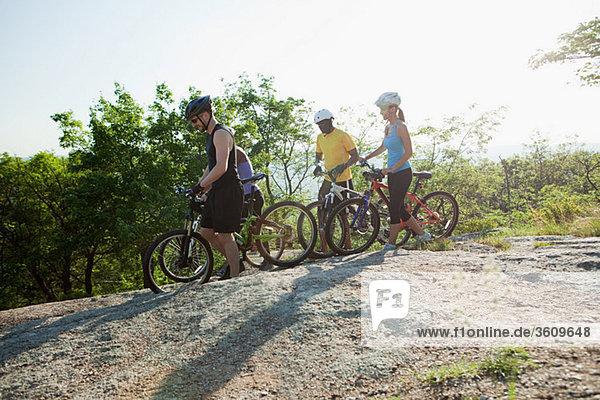 Vier Radfahrer  ländliche Szene