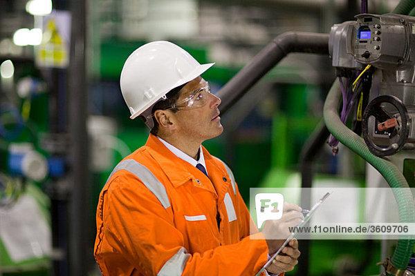 Ingenieur bei der Maschineninspektion in der Fabrik