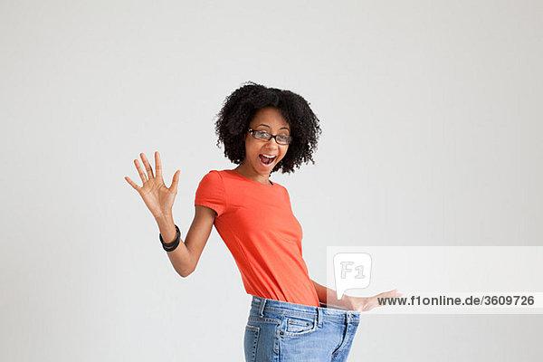 Frau mit losen Jeans