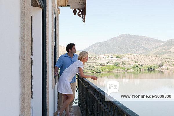 Paar auf Balkon mit Blick auf Douro River