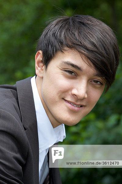 Lächelnder junger Geschäftsmann im Freien  Portrait
