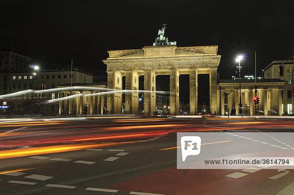 Brandenburger Tor Bei Nacht Mit Lichtspuren  Regierungsviertel  Berlin  Deutschland  Europa