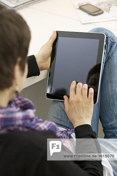Junge Frau benutzt einen iPad