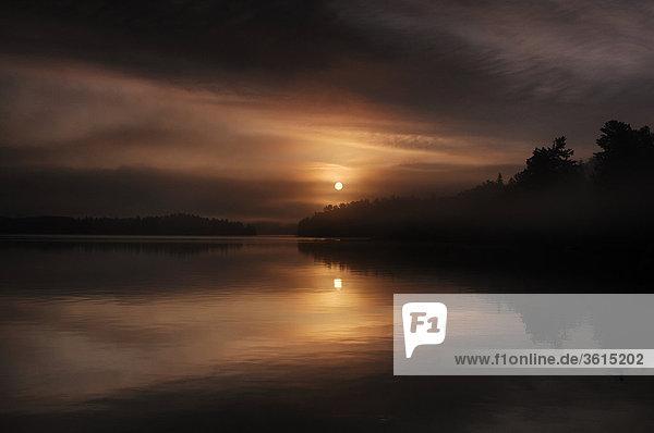 Sonnenaufgang  Sonne hinter Nebel  See  Ash Flussgebiet  Voyageur Nationalpark  Minnesota  USA