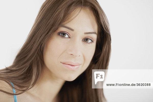 Portrait einer jungen Frau Grinsen