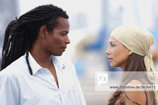 Seitenansicht eines jungen Paares Blick auf einander