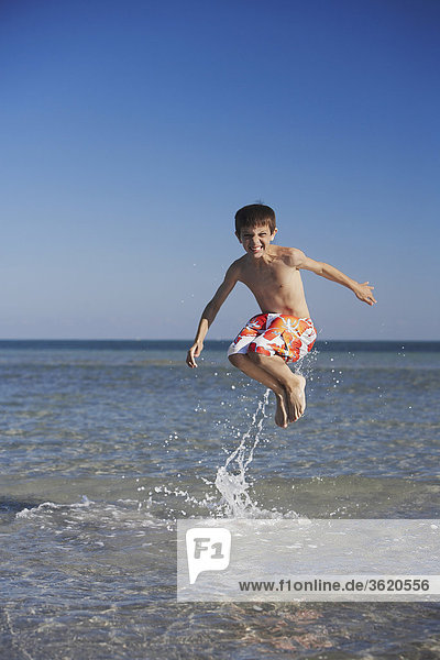 Boy im Meer springen