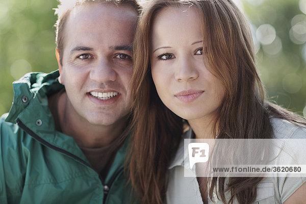 Portrait von Mitte Erwachsenen Mann und eine junge Frau lächelnd