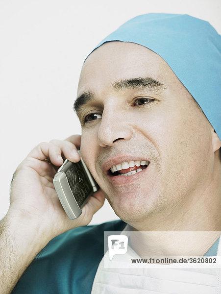 Nahaufnahme von einem männlichen Arzt sprechen auf einem Mobiltelefon
