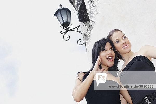 Untersicht von zwei jungen Frauen suchen seitlich