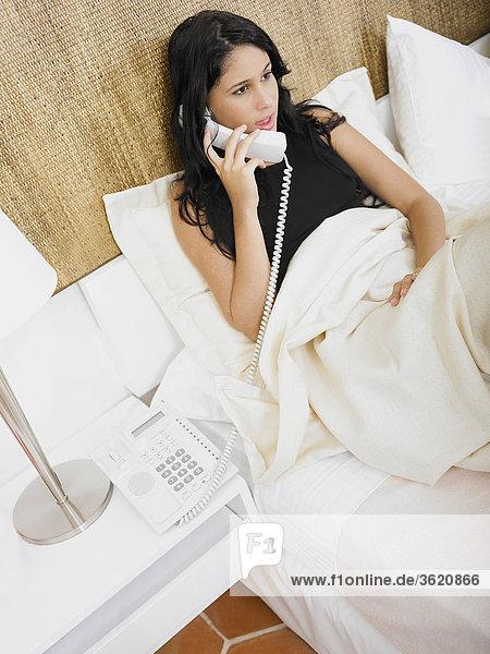 Nahaufnahme einer jungen Frau sprechen am Telefon