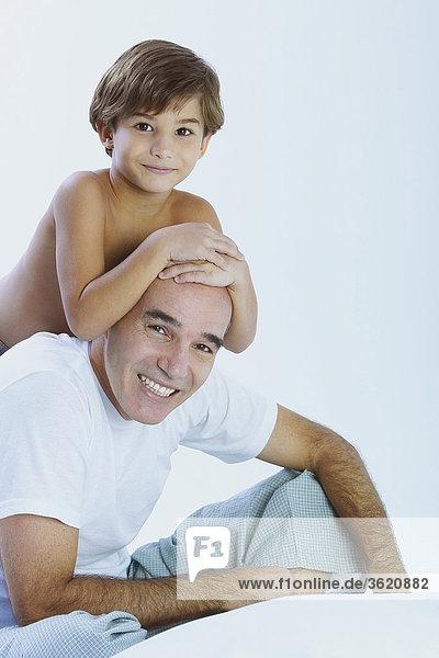 Nahaufnahme eines jungen Reiten huckepack auf seinem Vater