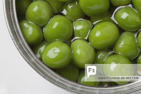 Erhöhte Ansicht der Olivenbaum Früchte in eine Schüssel geben