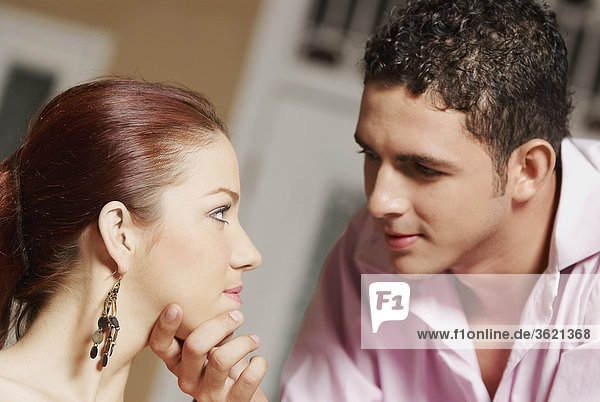 Ein Teenager eine junge Frau Kinn berühren Nahaufnahme