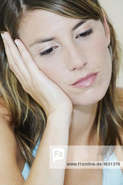 Nahaufnahme einer jungen Frau looking depressiv