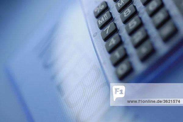 Nahaufnahme des Taschenrechners auf ein Dokument