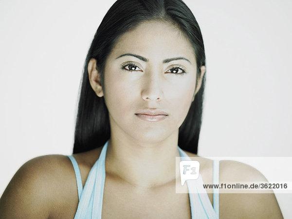 Portrait einer jungen Frau looking ernsthafte